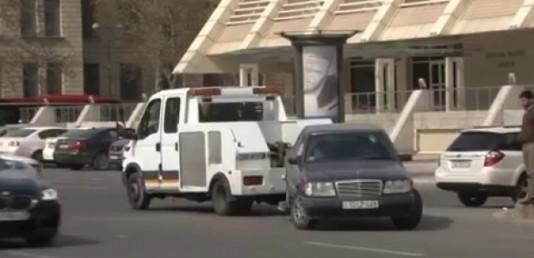 Evakuator avtomobili elə sürüdü ki... - Bakıdakı olay şok yaratdı - VİDEO