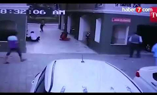 Qadın hamının gözü qarşısında binadan düşdü — VİDEO