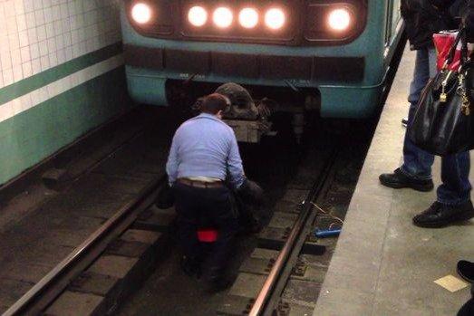 Metronun 28 may stansiyasında dəhşətli İNTİHAR: Qatarın altından qadının meyiti çıxarıldı