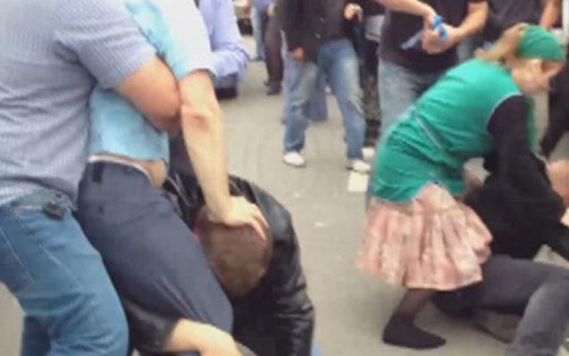 Bakıda bazarda QAN SU YERİNƏ AXDI: Satıcını bıçaqladılar, 3 nəfəri isə...
