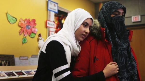11 yaşlı müsəlman qızın hicabını qayçı ilə kəsməyə çalışdı