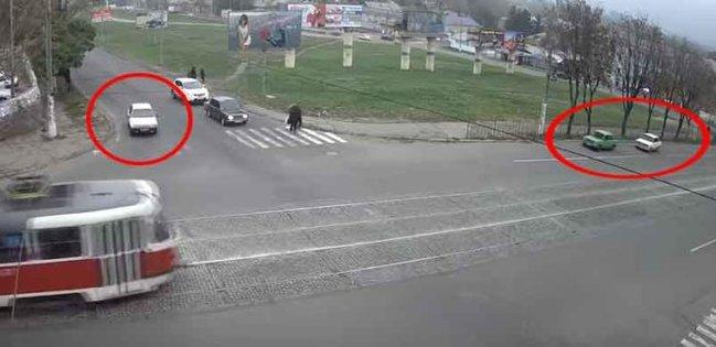 Sürücünün qəzadan sonrakı hərəkəti görənləri güldürdü - Video