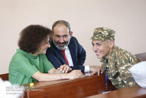 XİN: Populist Paşinyan oğlunun hərbi xidmətini şouya çevirib