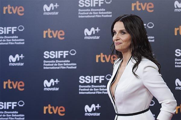 54 yaşlı aktrisa qala gecəsində cəsarətli geyimi ilə diqqət çəkdi - FOTOLAR