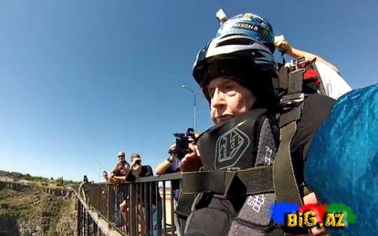 Qadın 102 yaşını paraşütlə tullanmaqla qeyd etdi (Video)