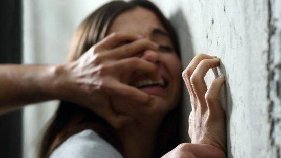15 yaşlı bibisi qızını tövləyə saldı, anasının gözü qarşısında intim əlaqəyə girdi, sonra...