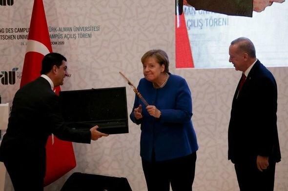 Merkelin Türkiyədə verilən hədiyyəyə maraqlı reaksiyası - FOTO