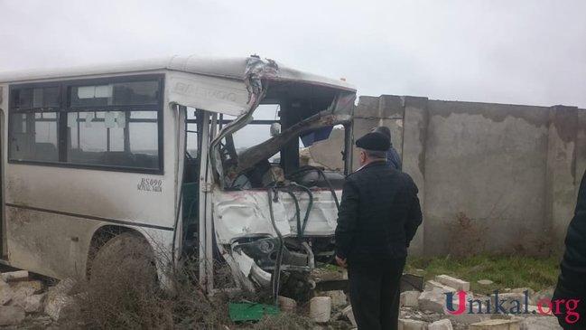 Bakıda DƏHŞƏTLİ QƏZA: Avtobus şirkətin hasarına çırpıldı - FOTO