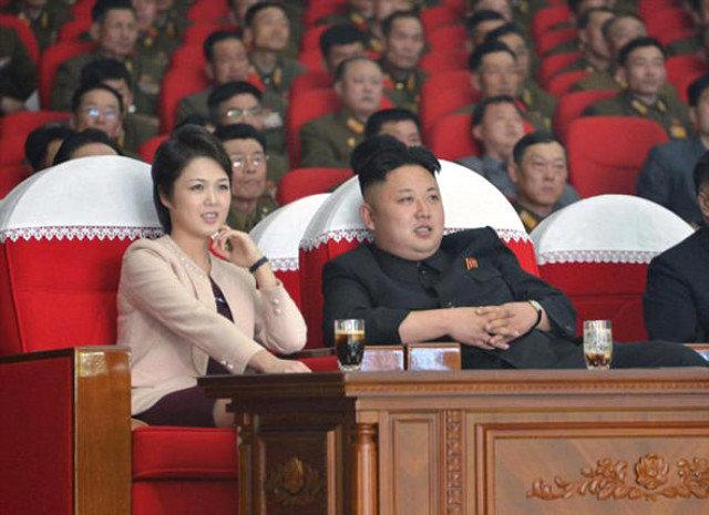 """Şimali Koreyanın mediadan gizlənən """"first lady""""si Çin səfərində üzə çıxdı - FOTOLAR"""